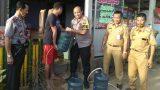 PolRes Tulang Bawang Bagikan Ribuan Liter Air Bersih di Dua Kampung